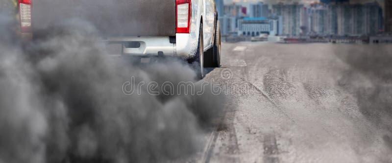 Pollution atmosphérique de pot d'échappement de véhicule diesel sur la route photos libres de droits