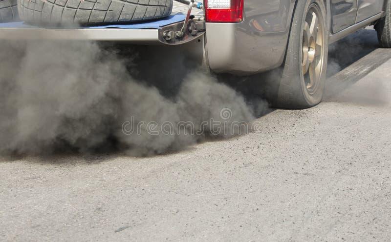 Pollution atmosphérique de véhicule sur la route photo stock