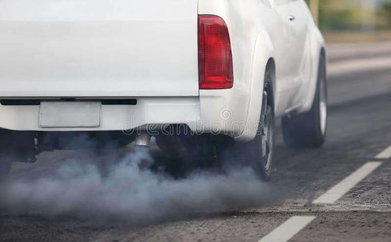 Pollution atmosph?rique de pot d'?chappement de v?hicule diesel sur la route images stock