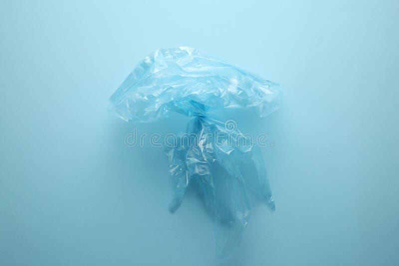Pollution d'oc?an par des d?chets de m?nage Le probl?me des sachets en plastique jetables Un sac sous forme de méduse photographie stock