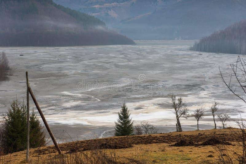 Pollution d'un lac avec de l'eau l'eau contaminée d'une mine de cuivre images libres de droits
