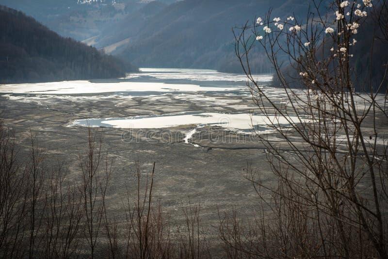 Pollution d'un lac avec de l'eau l'eau contaminée d'une mine de cuivre photographie stock