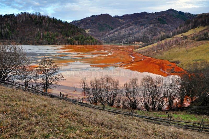 Pollution d'un lac avec de l'eau l'eau contaminée d'une mine d'or photographie stock