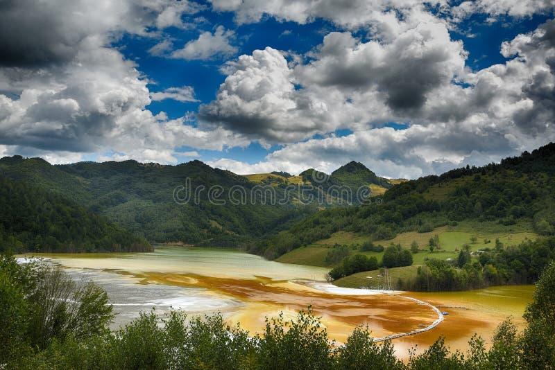 Pollution d'un lac avec de l'eau l'eau contaminée d'une mine d'or photos stock