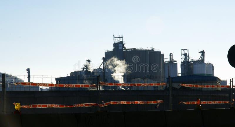Pollution dans le port industriel de Barcelone photographie stock libre de droits
