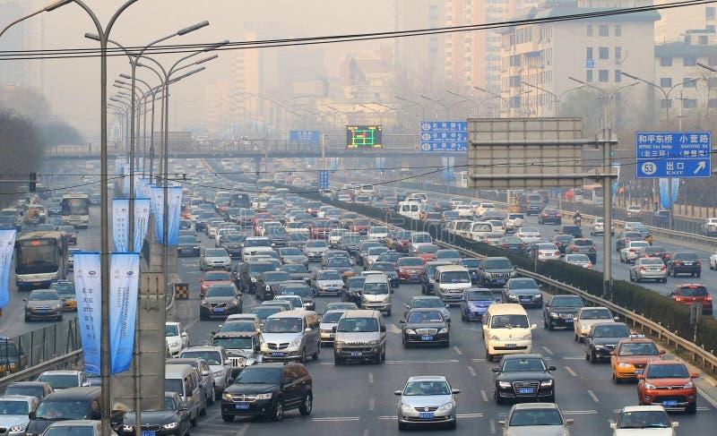 Pollution de confiture de circulation dense de Pékin et atmosphérique photos stock