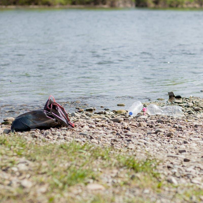 Pollution de rivi?re pr?s du rivage, d?chets pr?s de la rivi?re, d?chets alimentaires en plastique, contribuant ? la pollution photo stock