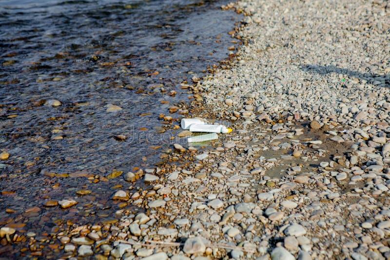 Pollution de rivi?re pr?s du rivage, d?chets pr?s de la rivi?re, d?chets alimentaires en plastique, contribuant ? la pollution photographie stock