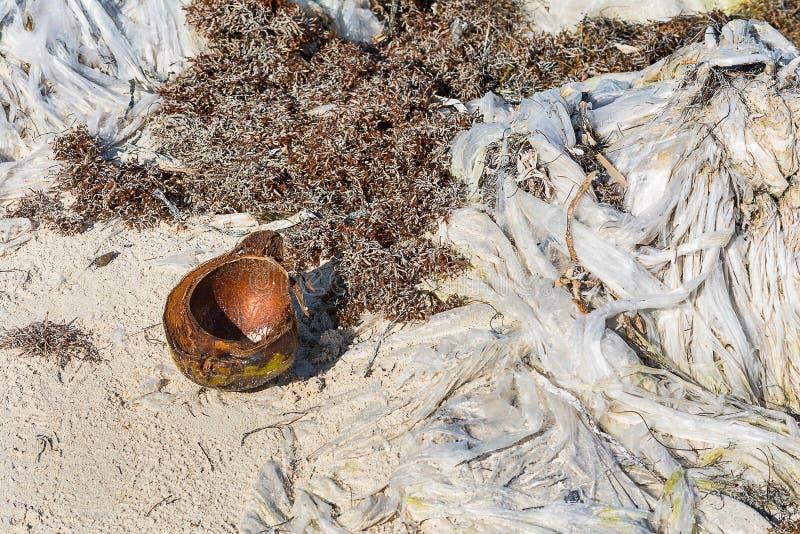 Pollution en plastique de déchets image stock