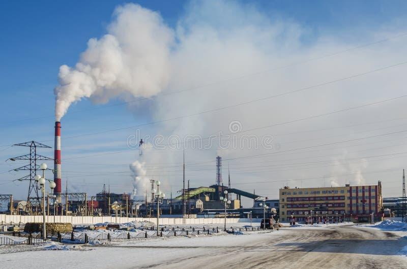 Pollution environnementale avec des déchets industriels photographie stock libre de droits