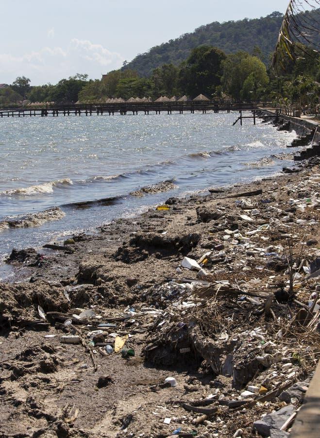 Pollution sur la plage de la mer tropicale image libre de droits