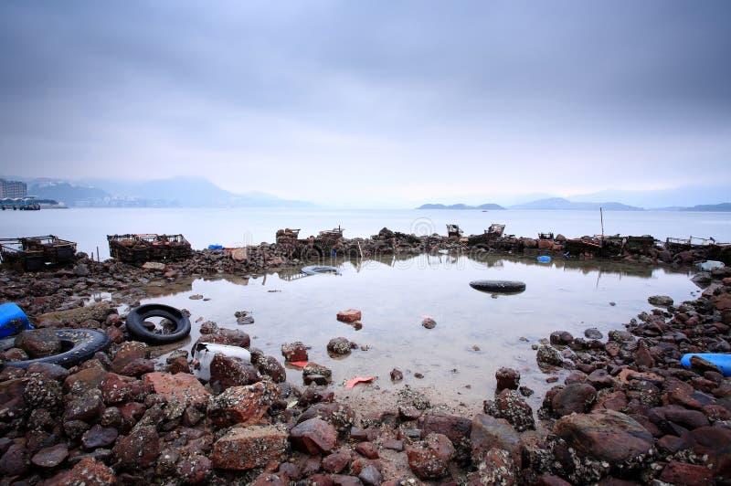 Pollution sur le littoral photo stock