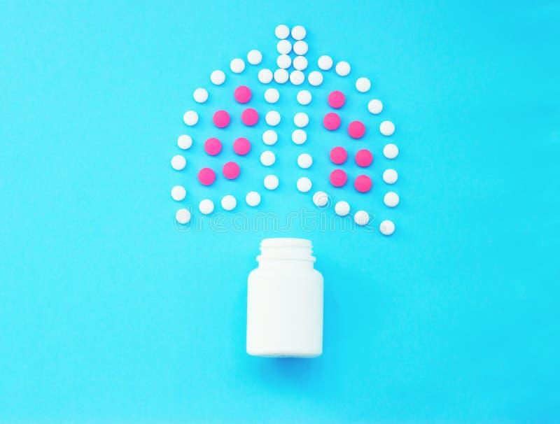 Polmoni fatti delle pillole su fondo blu immagini stock libere da diritti