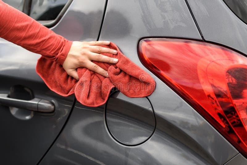 Polnisch ein Auto nach der Waschanlage stockfotos