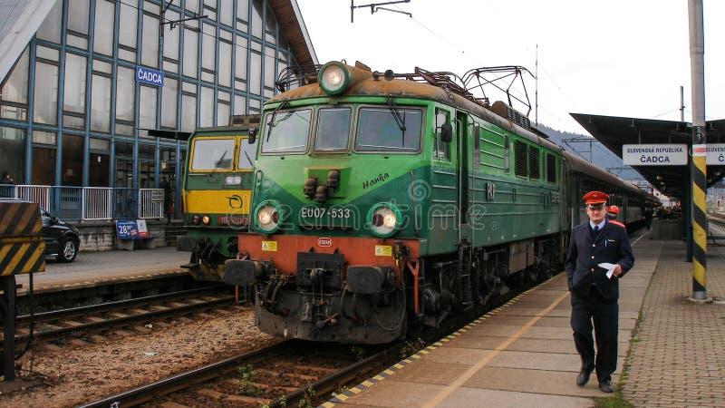 Polnische elektrische Lokomotive EU07 mit internationalem Zug in Cadca in Slowakei stockfotografie