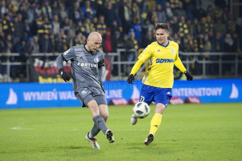 Polnische Liga des Fußballs, heftiger Kampf für den Ball MichaÅ-'Pazdan stockfotos