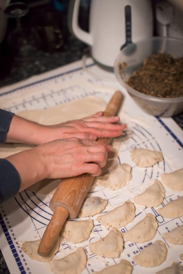Polnische Mehlklöße zubereitend, nannte pierogi lizenzfreie stockbilder