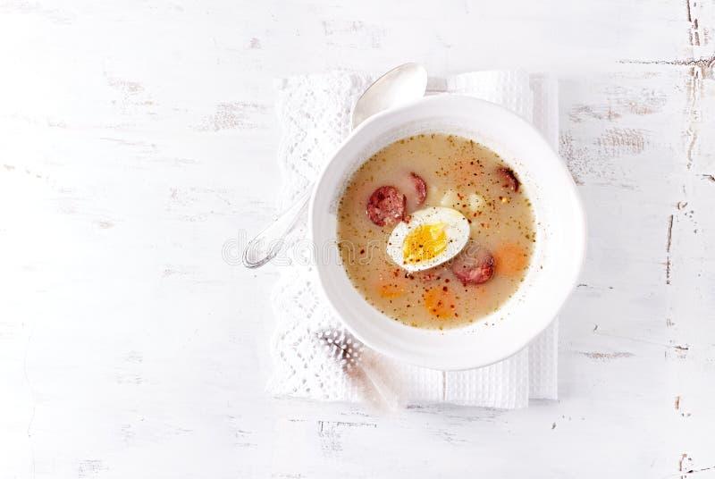 Polnische Ostern-Suppe gemacht mit Ray Flour, Ei und Wurst lizenzfreies stockfoto