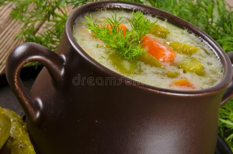 Polnische Suppe der in Essig eingelegten Gurken lizenzfreie stockfotos