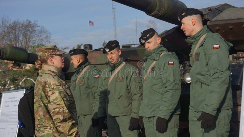 Polnische und amerikanische Soldaten in Zagan Polen lizenzfreies stockfoto