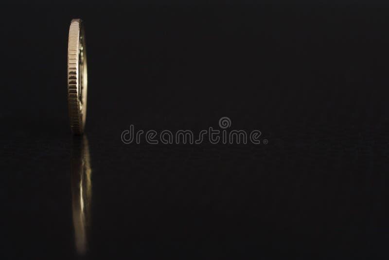 Polnischer Münze eine Grosz 2017 auf dem Rand auf schwarzem Hintergrund mit Reflexion stockbilder