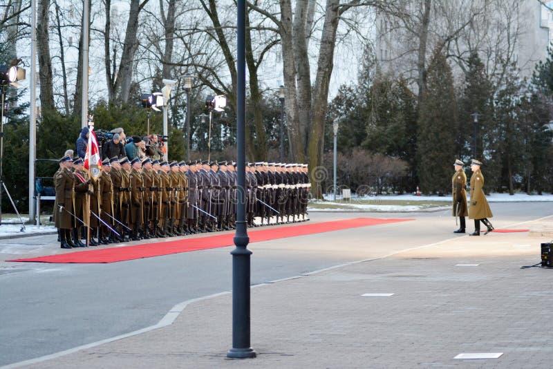 Polnischer Premierminister Mateusz Morawiecki begrüßt deutschen Kanzler Angela Merkel vor ihrer Sitzung in Warschau stockfotos