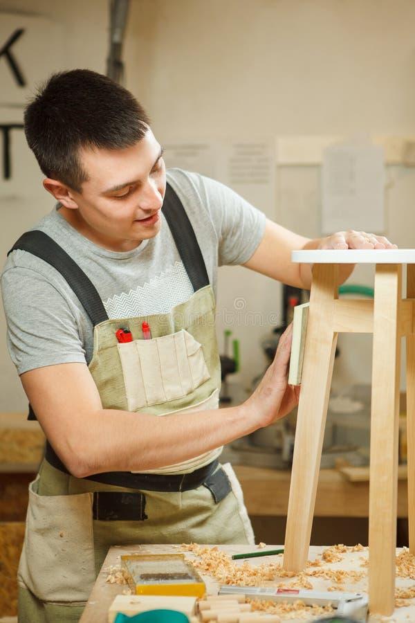 Polnischer runder Stuhl des Tischlers in der Werkstatt Tischler im Schutzblech lizenzfreie stockbilder