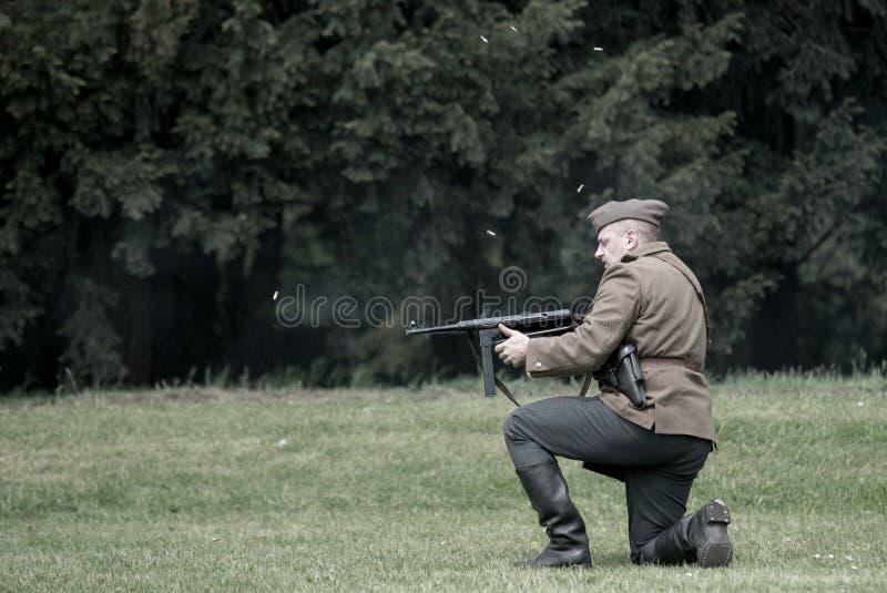 Polnischer Soldatzündungsstoß von Thompson-Maschinengewehr während der historischen Wiederinkraftsetzung von WWII lizenzfreie stockfotos