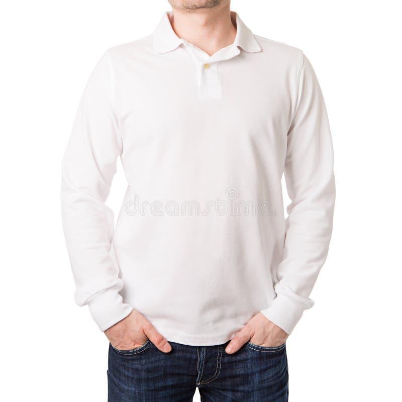 Polo blanco con una manga larga en un hombre joven fotos de archivo