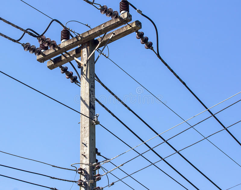 Polo bonde com cabos da linha elétrica imagens de stock royalty free