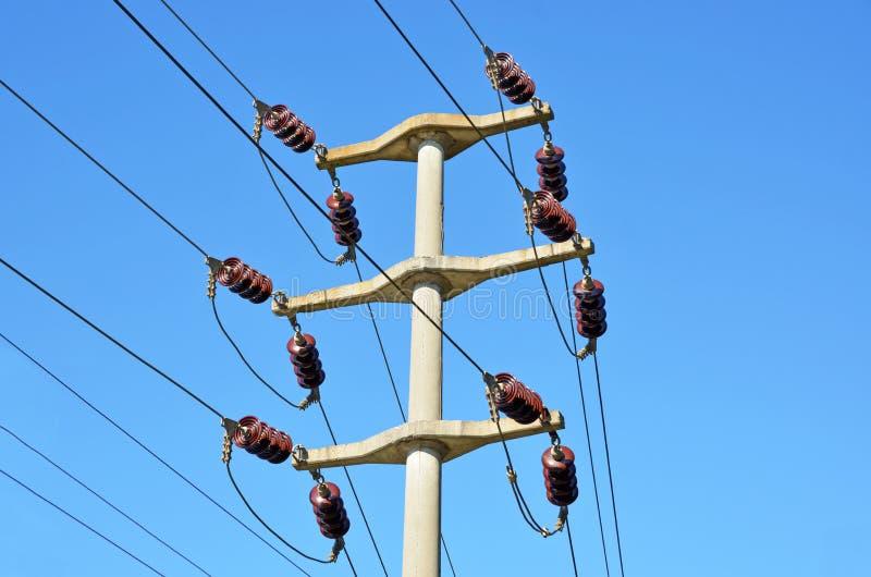 Polo de alto voltaje de la electricidad fotografía de archivo libre de regalías