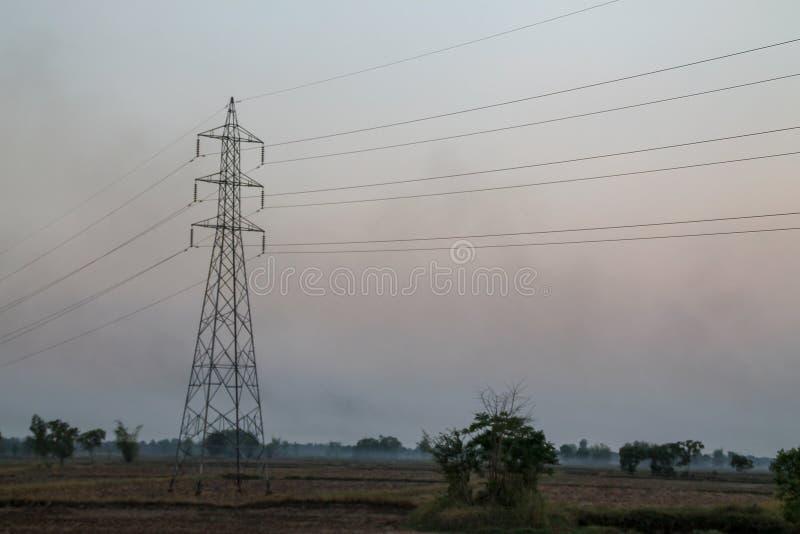 Polo de alto voltaje, torre de alto voltaje con el fondo de la puesta del sol del cielo fotos de archivo libres de regalías