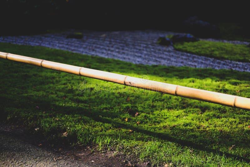 Polo de bambu perto de Zen Garden fotos de stock