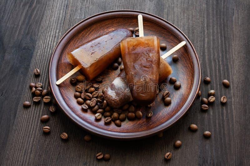 Polo de hielo hecho en casa con los granos de café foto de archivo