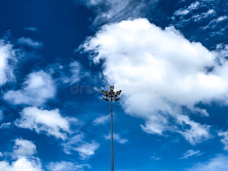 Polo de iluminação com céu claro, nuvem, nuvem macia imagens de stock royalty free