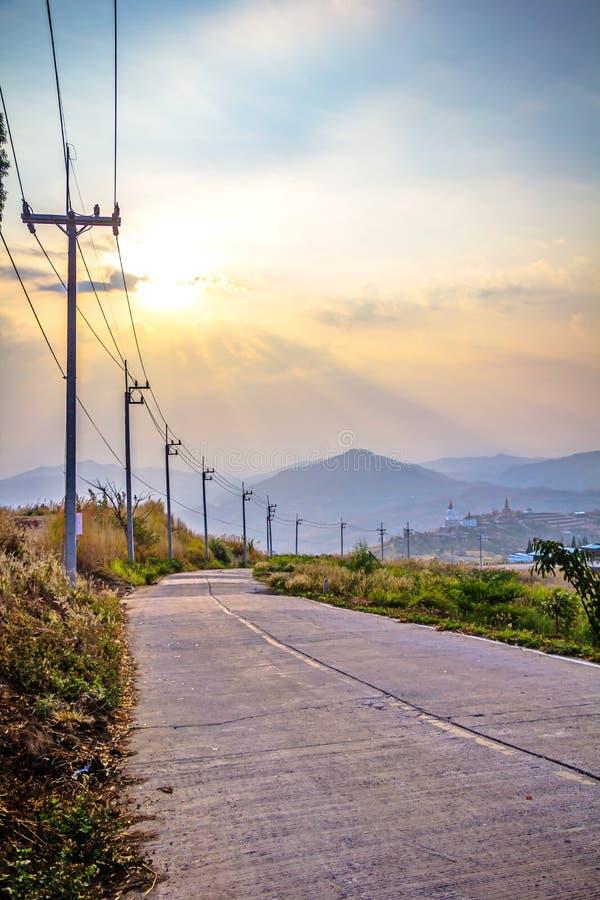 Polo de la electricidad del borde de la carretera fotografía de archivo