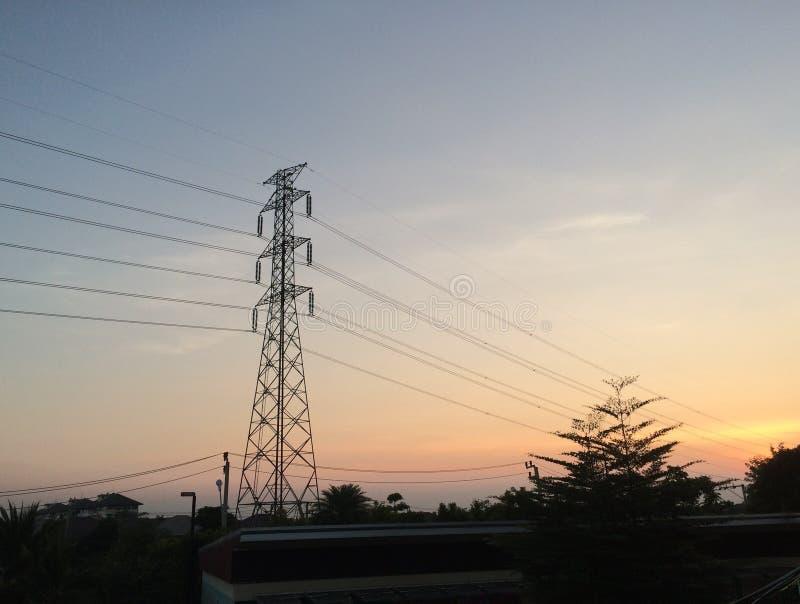 Polo de la electricidad en el cielo de la tarde una luz oscura imagenes de archivo