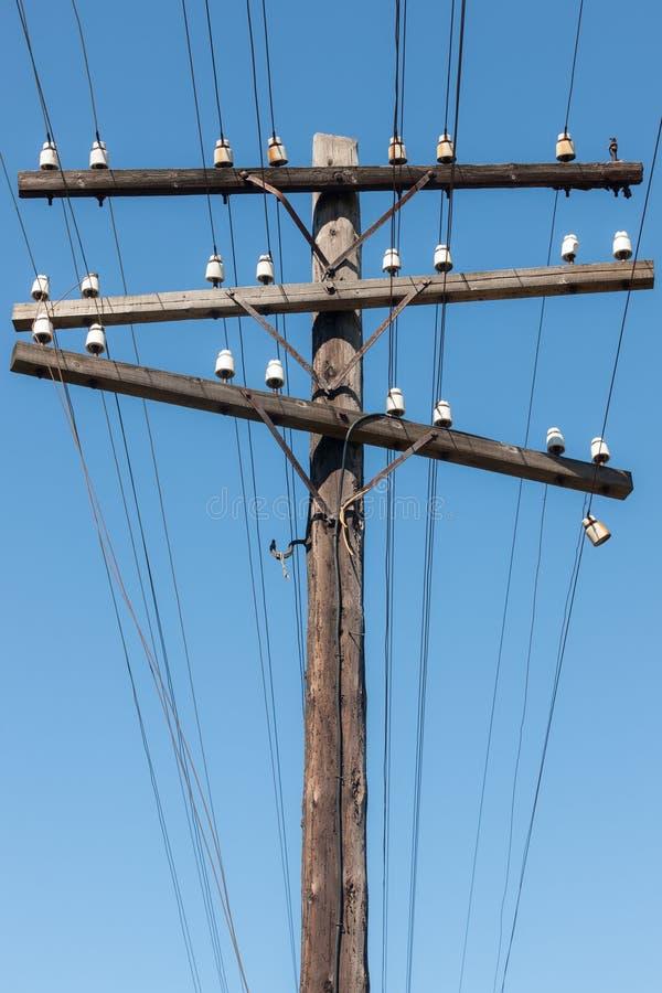 Polo de la línea eléctrica contra el cielo fotos de archivo libres de regalías