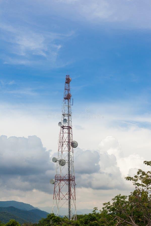 Polo de las telecomunicaciones con el cielo azul foto de archivo libre de regalías