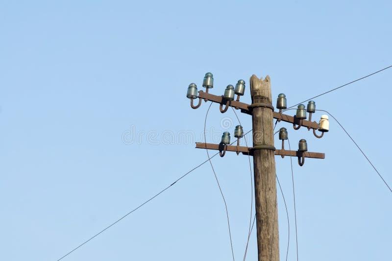 Polo de madeira elétrico velho com os isoladores de vidro e cerâmicos e fios elétricos fotografia de stock
