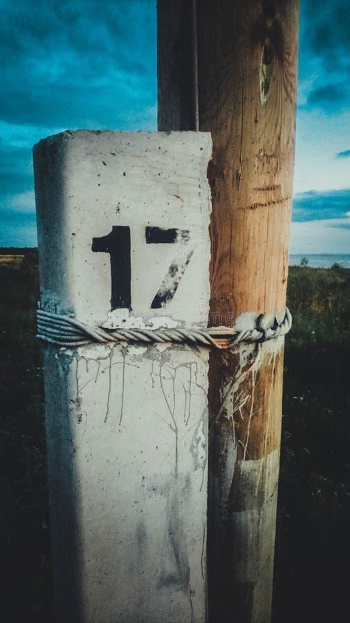 Polo de madera fuera del número diecisiete fotos de archivo