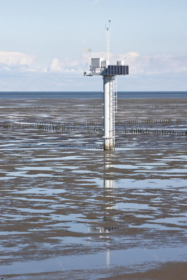 Polo de medición en holandés Waddenzee cerca de Noordkaap imagen de archivo