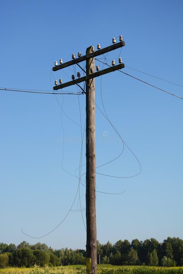 Polo de poder eléctrico de los posts Fractura del alambre después del huracán Línea eléctrica quebrada foto de archivo libre de regalías