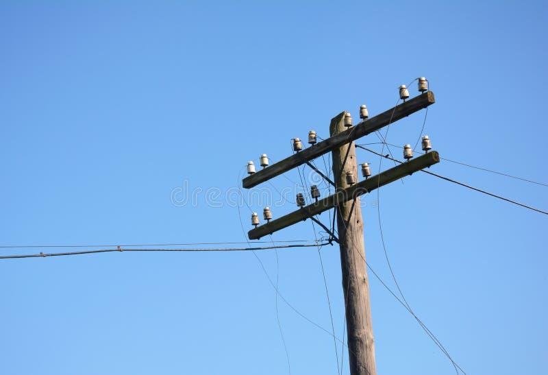Polo de poder eléctrico de los posts Fractura del alambre después del huracán Línea eléctrica quebrada imagenes de archivo