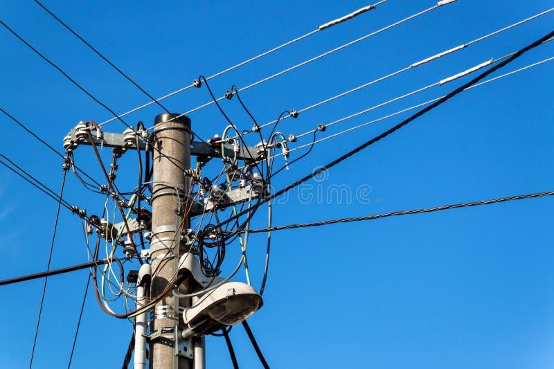 Polo de serviço público ou polo de poder Coluna com poder bonde da disconexão Céu claro azul Conexão trifásica da linha elétrica imagens de stock royalty free