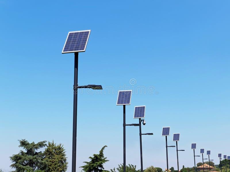 Polo del alumbrado público con el panel fotovoltaico fotos de archivo libres de regalías