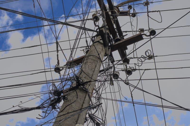 Polo eléctrico concreto contra el cielo azul con el primer de las nubes imágenes de archivo libres de regalías