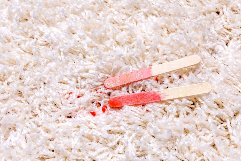 Polo rojo que derrite en la alfombra fotografía de archivo libre de regalías