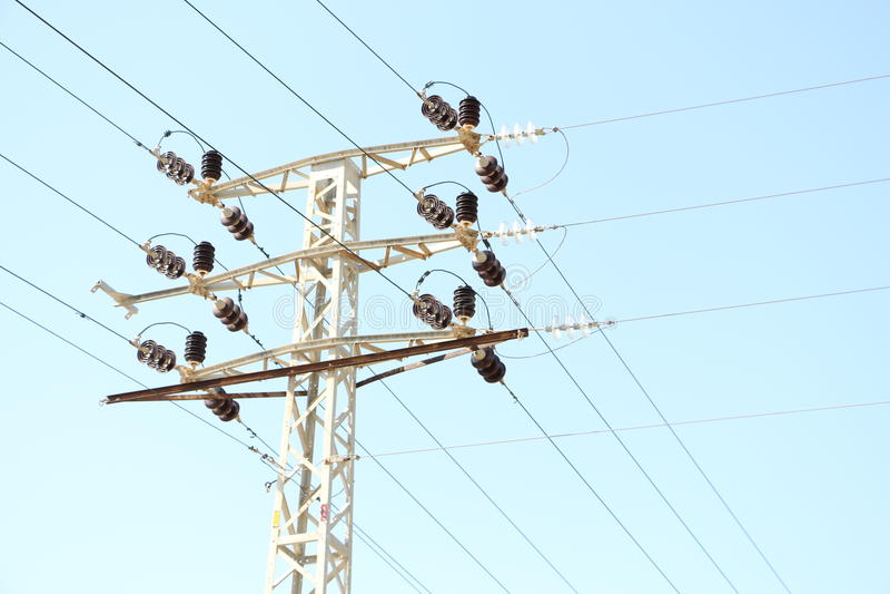 Polo y cables de la electricidad foto de archivo