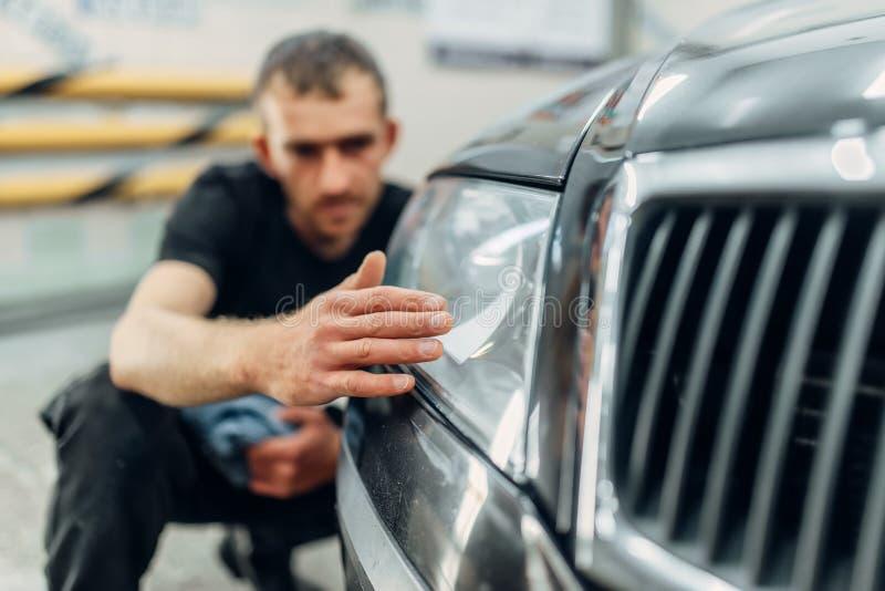 Polonês do farol do carro no serviço do carwash imagens de stock